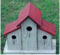The unique BARN BIRDHOUSE is handcrafted in the USA. It is made of pine and painted with high quality exterior paint to give you years of pleasure. Birdhouse Designs, Unique Birdhouses, Diy Birdhouse, Painted Birdhouses, Pintura Exterior, Bird House Kits, Bird House Plans Free, Bird Houses Diy, Building Bird Houses