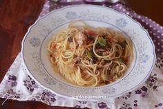 Espaguetis con verduras, alcaparras, aceitunas y atún
