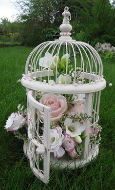 Habéis pensado utilizar una jaula, grande o pequeña y rellenarla de flores, mariposas etc...  Con ellas podrás adornar diferentes rincones, la mesa, un buffet, un Candy bar.....