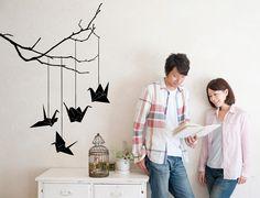 Vinilos decorativos. Desde el Japón más tradicional te traemos este delicado diseño. Los colocamos suspendidos de una rama para aportarles ligereza. #vinilosdecorativos . vinivinili.com