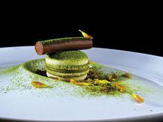 Pastry chef: Paco Torreblanca - macaron #plating #presentation