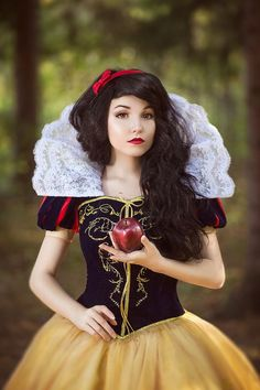 Disney Cosplay Christine [as Snow White] (Cosplay by KikoLondon Disney Cosplay, Belle Cosplay, Epic Cosplay, Cosplay Dress, Amazing Cosplay, Disney Costumes, Cosplay Outfits, Cosplay Girls, Disney Princess Cosplay