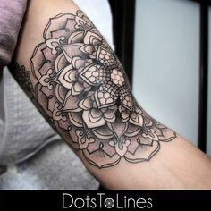 Conheça o trabalho do tatuador alemão Chaim Machlev, conhecido como Dots To Lines, nome do seu estúdio em Berlin. Veja seu maravilhoso Pontilhismo.
