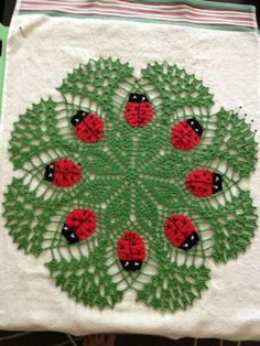 A green ladybug crochet mat, with red and black thread detailing, and intricate star pattern interwoven with delicate trellis style loops. Crochet Mat, Crochet Dollies, Crochet Doily Patterns, Crochet Home, Thread Crochet, Crochet Designs, Free Crochet, Crochet Sunflower, Crochet Flowers