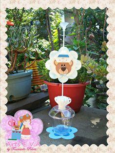 Centro de mesa Urso Marinheiro. <br>Base de acrílico porta doces e haste com pega balão. <br>OBS: Balão não acompanha o produto. <br>PEDIDO MÍNIMO: 10 peças.