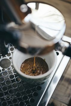 Delicious morning pour - Delicious fresh morning coffee pouring through the bottomless portaflter Coffee Barista, Coffee Cafe, Coffee Drinks, Coffee Shot, Coffee Break, Morning Coffee, Café Chocolate, Melting Chocolate, Coffee Shop Photography