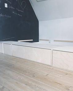Billedresultat for diy seng Interior Design Inspiration, Room Inspiration, Diy Sofa, Diy Interior, Little Girl Rooms, Spare Room, Plywood Furniture, Small Apartments, Home Bedroom