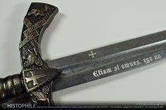 ☩ Etiam si omnes, ego no(n) : devise des seigneurs de Clermont (XIIe siècle), inspirée de l'Évangile de Matthieu (26:33 « si tous pas moi ») Gravure mécanique (pointe diamant) sur la lame d'une épée templière (réf. E4163N) : croix templière  (graphisme Histophile n° 387) et phrase en latin ► http://www.histophile.com/epee-templiere-e4163n.html