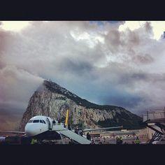 Gibraltar airport mira la montaña atrás q brutal y es una roca en si pero enorme @Daphne Holthuizen Febres