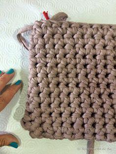 "El Rinconcito de Ra: Cómo hacer un ""clutch"" cuadrado básico Knitted Bags, Merino Wool Blanket, Knit Crochet, Projects To Try, Knitting, Videos, Crocheting, Tutorials, Wire"