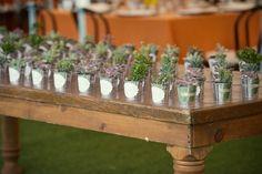 Les cadeaux d'invités font partie intégrante du mariage. C'est LE souvenir que les invités garderont de cette journée magique. La tendance est au cadeau d'invité original, mais 2012 c'est aussi LE grand retour des dragées. Relookées elles vont faire sensation cette saison !