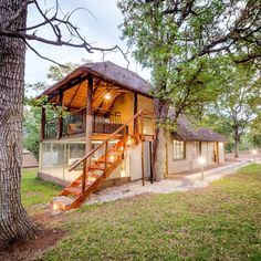 Kom kuier by Kruger Bush Camp. Tree Tent, Camping Glamping, Project Ideas, South Africa, Trees, Cottage, Cabin, House Styles, Places