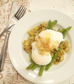 no menu: ovos pochê com aspargos e batatas doces