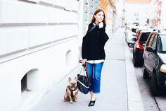 www.prelovee.de - Streetstyle mit Kick Flare Jeans, schwarze Mules, Tory Burch Handtasche, Cold Shoulder Pullover, Bandana, Fashion Blog, Fashion Magazine, Modeblog, whoismocca.com