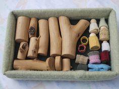 Ensemble de jouets en bois, personnages à habiller, branches, boite de rangement