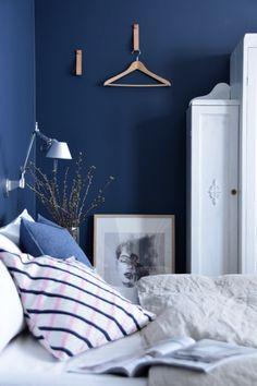 moderni puutalo: Denim sininen makuuhuone & maaliarvonta