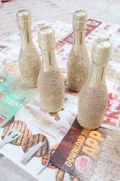 Glitter Champagne Bottles, Bling Bottles, Glitter Wine Glasses, Diy Wine Glasses, Alcohol Bottle Decorations, Alcohol Bottle Crafts, Diy Gifts Alcohol, Mini Alcohol Bottles Gifts, Decorated Liquor Bottles