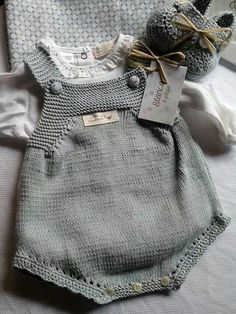 Y esta monería se va para Rafi Knit for baby Bordo a crochet This Pin was discovered by M D Knitting For Kids, Baby Knitting Patterns, Baby Patterns, Knitted Baby Clothes, Knitted Romper, Baby Outfits, Kids Outfits, Romper Pattern, Vogue Knitting