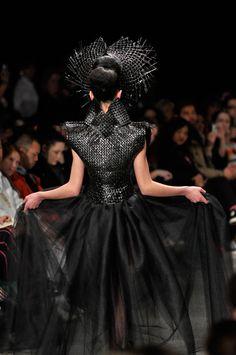 Shona Tawhiao back Maori Designs, Maori Art, Polynesian Culture, Young Designers, Funky Fashion, Wearable Art, Style Inspiration, Couture, Capes
