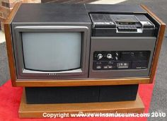 The Sony SL Betamax video recorder. Vintage Television, Television Set, Vintage Videos, Vintage Tv, Radios, Retro Tv Stand, Retro Arcade Machine, Cassette Vhs, Mini Tv