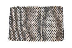 Deze prachtige, grote deurmat is volledig met de hand afgewerkt met een doorlopend grijs stiksel