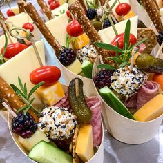 Snacks Für Party, Appetizers For Party, Appetizer Recipes, Charcuterie Recipes, Charcuterie And Cheese Board, Cheese Boards, Comidas Light, Party Food Platters, Food Presentation