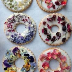 Lavender Shortbread with Fruits, Flowers, and Herbs Candied herbs, edible dried flowers, and freeze-dried berries are beautiful decorations for these iced cookie wreaths. Learn how to make the shortbread in this video. Fruit Flowers, Flower Food, Lavender Flowers, Edible Flowers For Cakes, Real Flowers, Cake With Flowers, Cooking Flower, Eatable Flowers, Tiny Flowers