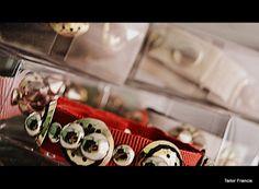 """Kolekcia Jar / Leto 2014  Navrhnuté a skončil s ručne šité modelovaných rekonštruuje. Realizácia prsteňov náramky, tričká, Papillon a Pochette100% vysoko kvalitné. Keď Made in Italy a Home. Tailor Francis Ceny za info kontakt e-mail: centoducatifanaticfrancesco@hotmail.it  """"Dodávka tovaru je prostredníctvom poštovej služby alebo kuriérskou službou na celom území štátu. Dodacia lehota je cca 4/5 dní."""""""
