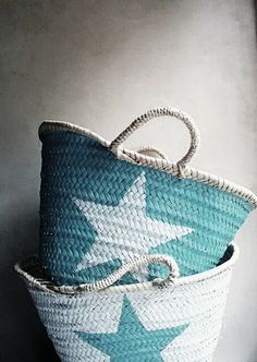Hand painted baskets, blues and whites Annie Sloan, Aqua Blue, Blue And White, Painted Baskets, Wicker Baskets, Painted Bags, Diy Sac, Little Star, Tiffany Blue