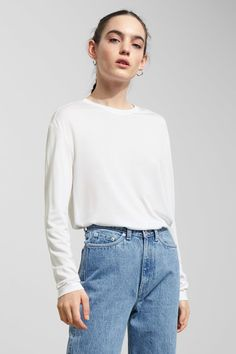 The Past Long Sleeve is an all-time favourite that can be styled in various ways. It has a round neck and slightly dropped shoulders. - The model wears siz
