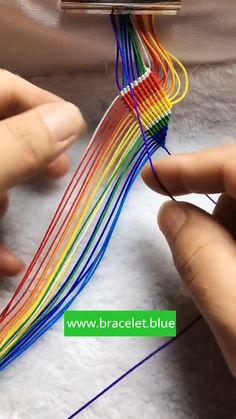 Diy Friendship Bracelets Tutorial, Diy Friendship Bracelets Patterns, Diy Bracelets Easy, Bracelet Tutorial, Macrame Tutorial, Homemade Bracelets, Hippie Bracelets, Thread Bracelets, Braided Bracelets