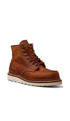 """Comprar Red Wing Shoes Classic Lifestyle 6"""" Classic Moc em Copper Rough & Tough at REVOLVE. Devolução e envio de 2 a 3 dias grátis, correspondência de preço de 30 dias garantida"""
