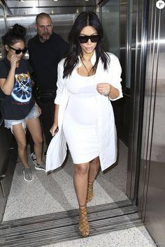 Kim Kardashian, enceinte, arrive à l'aéroport LAX de Los Angeles en provenance de la Nouvelle-Orléans. Le 4 août 2015.