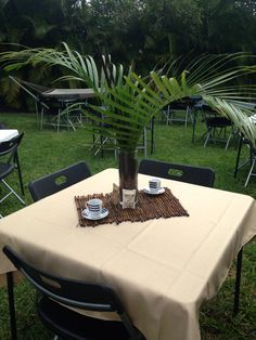 love the idea of using palm branches for our centerpieces at HHN. Cuban Party Theme, Havana Nights Party Theme, Luau Party, Party Themes, Party Ideas, Latin Party, 60th Birthday Party, Birthday Dinners, Havanna Party