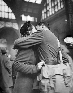 By Alfred Eisenstaedt  Soldado beija sua namorada na estação de trem de Nova York antes do retorno para a guerra (1944).