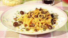 Ricetta Vermicelli di Scammaro: I vermicelli di Scammaro sono una di quelle ricette ricchissime di sapore e facilissime da realizzare. Olive di gaeta, capperi, acciughe insieme al dolce dell'uva passa e dei pinoli. Davvero una ricetta da provare!