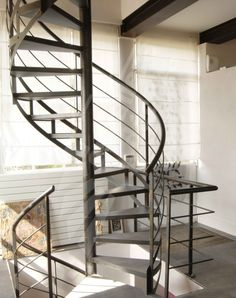 Id es deco on pinterest rouge geometric wall and entrees - Escalier colimacon metal ...
