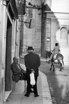 Henri Cartier-Bresson. Basilicata. Pietragalla 1973 Candid Photography, Documentary Photography, Urban Photography, Street Photography, Minimalist Photography, Color Photography, Photo Black, Black White Photos, Black And White Photography