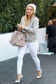 hillary duff Who made Hillary Duffs gray shredded sweater, tan handbag, and white pumps? Hilary Duff Style, Hilary Duff Show, Sweater Weather, Fall Outfits, Cute Outfits, Modest Outfits, White Skinny Jeans, White Denim, Brian Atwood