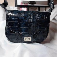 Petit sac Menuet simili bleu nuit cousu par Christine - Patron Sacôtin