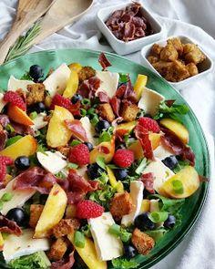 Hver gang vi spiser: Sommersalat med sprøstekt fenalår, fersken og brie...