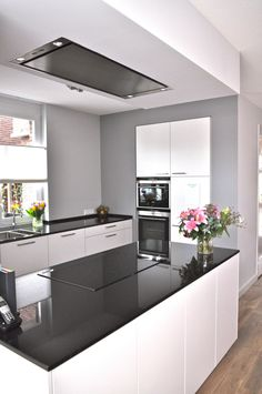 Lijkt op onze nieuwe keuken in hoogglans en granieten blad. Een idee: lichtgrijze achterwand.