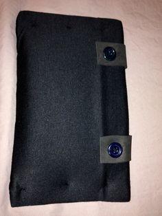 Bolso para tablet, hecho con una vieja camiseta negra, gomaespuma reciclada y botones reutilizados