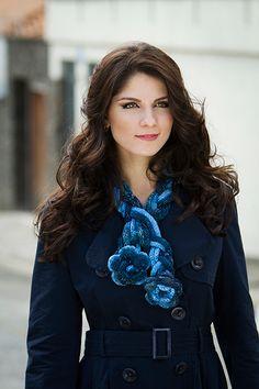 #Cachecol azul com flor em #tear de pregos Infinity #ModaInverno #acessorios…