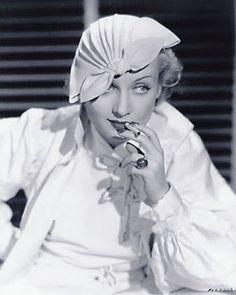 Carole Lombard. Adrian e Irene diseñaron el vestuario de una de las estrellas de la MGM. http://filmnoirphotos.blogspot.com.es/2010/01/outlandish-hats-carole-lombard.html