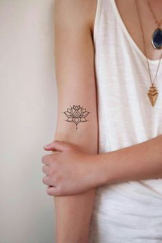 ▷ 1001 + Ideas and inspirations for a lotus flower tattoo- ▷ 1001 + Ideen und Inspirationen für ein Lotusblume Tattoo buddhismis symbols, klene tattoo motifs for women, small lotus flower on the upper arm - Small Tattoos Arm, Upper Arm Tattoos, Foot Tattoos For Women, Small Lotus Flower Tattoo, Tattoo Small, Small Mandala Tattoo, Yoga Tattoos, Forearm Tattoos, Body Art Tattoos