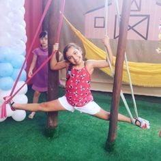 Júlia em nosso tecido acrobático pensa em uma flexibilidade . #obuffetinfantilmaisdiferentequevcjaviu #buffetbrincante #buffetludico #devoltaainfancia #buffetinfantilgyn #menoseletronicomaisbrincadeiras #festasemfrescura by quintaldaarca http://ift.tt/1YV3Bwe