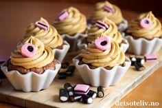 Dette er drømmecupcakes for lakriselskere! Muffinsene inneholder rømme og smaker mye sjokolade. Jeg lager dem store for å få dem ekstra myke, og lakriskremen på toppen er rett og slett vidunderlig god! Oppskriften gir 12 store cupcakes(men du kan også lage dem mindre, se tipsfeltet i oppskriften).