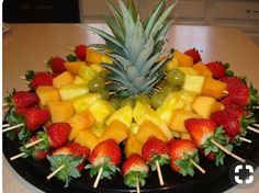 Obstspieße für eine Party – In der Mitte thront das Blattwerk einer Ananas, um Fruit skewers for a party – In the middle of the foliage of a pineapple enthroned to – the Fruit Party, Fruit Snacks, Fruit Recipes, Brunch Recipes, Picnic Recipes, Kids Fruit, Brunch Ideas, Baby Fruit, Fruit Food