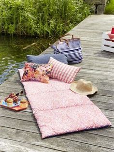 So einfach nähen Sie eine Picknickmatte This picnic mat is the perfect companion for a sunny day out Diy Craft Projects, Diy Crafts To Sell, Sewing Projects, Craft Ideas, Fabric Crafts, Sewing Crafts, Picnic Mat, Diy Mode, Diy Couture